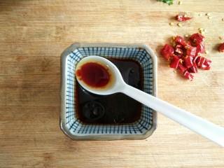 风味手撕茄子,然后加入两勺味极鲜酱油、一勺香醋、一勺蚝油、半勺香油、一点点的盐和鸡精搅匀调味。
