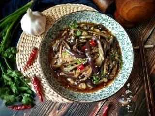风味手撕茄子,然后用筷子轻轻翻一下,让茄子均匀入味后装盘。