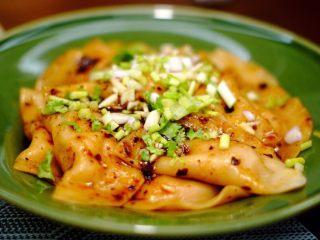 钟水饺,最后,在饺子中加入3汤勺复制酱油、1汤勺红油、1茶匙蒜泥、1小把葱和香菜.