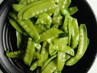 蒜泥荷兰豆,沥干水分备用。