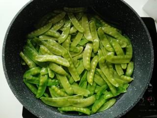蒜泥荷兰豆,待水烧开后倒入提前准备好的荷兰豆。