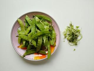 蒜泥荷兰豆,掐去掉荷兰豆两端有筋的地方,洗净备用。