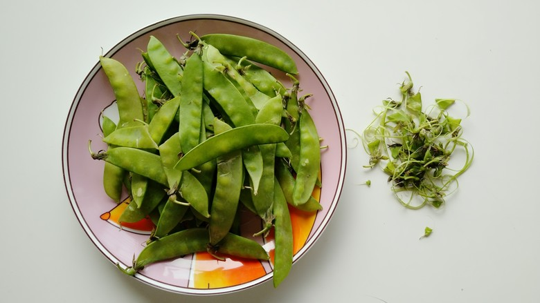 蒜泥荷兰豆,掐去掉<a style='color:red;display:inline-block;' href='/shicai/ 81'>荷兰豆</a>两端有筋的地方,洗净备用。