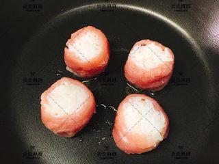 猪肉米饭包   12m+ ,取适量植物油煎熟
