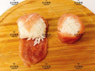 猪肉米饭包   12m+ ,米饭团用猪肉片包裹好