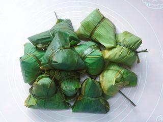 花生蜜枣粽,依法一个一个包好,扎紧。