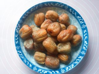 花生蜜枣粽,准备好蜜枣(这个是蜜饯枣,不用清洗的)。