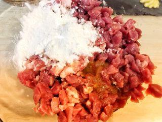 自制完爆街边小贩的脆皮烤肠,把调好的酱油汁和淀粉倒入肉馅里搅拌均匀。