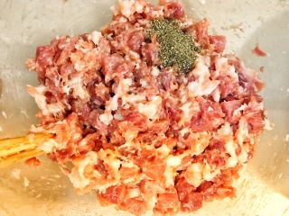 自制完爆街边小贩的脆皮烤肠,分出一半的肉馅撒入黑胡椒碎,一个方向搅拌上劲。
