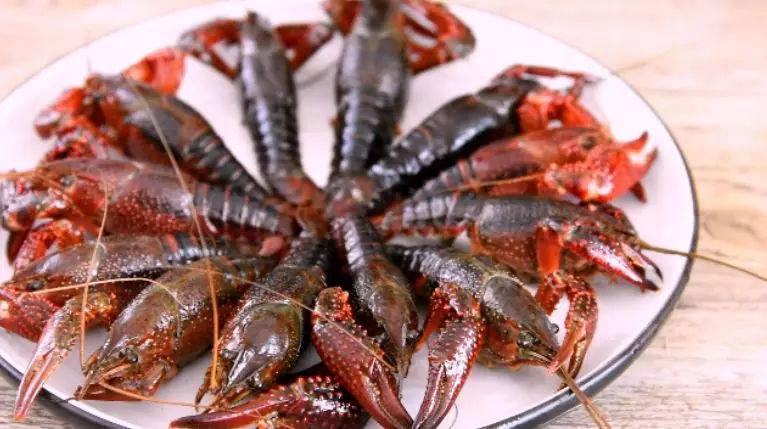 快手小龙虾,看着世界杯,喝着凉爽的啤酒,配着鲜美的龙虾,小龙虾洗净,去虾线、剪去虾脚