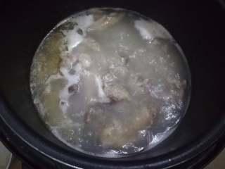 浓缩高汤块,冷却下气后,这时的高汤加点调味料就可以用了,中途时不时用滤网捞出浮沫
