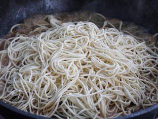 豆角焖面,把面条摊开铺在锅中食材的最上面,盖上锅盖继续焖炖十分钟