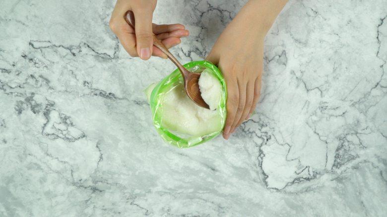 微波炉米麻薯,取适量米团放在手心,揉圆按扁