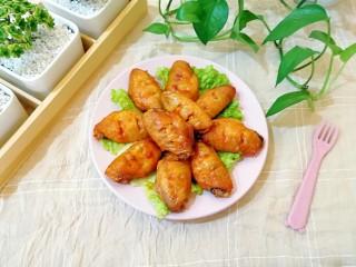 土豆烤鸡翅,下面的土豆也是软绵焦香,好吃极了。
