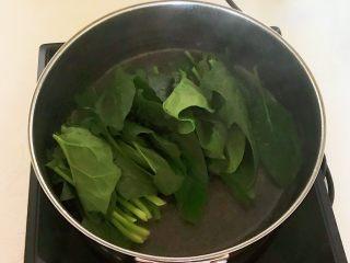 杂蔬火腿羊汤,锅里加入冷水,烧开后加入菠菜焯水2分钟