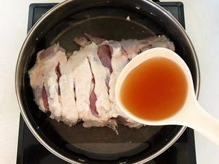 杂蔬火腿羊汤,水量没过羊腿,加入1勺料酒