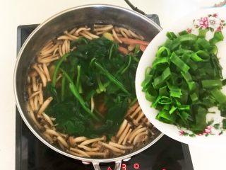 杂蔬火腿羊汤,烧开后加入葱花