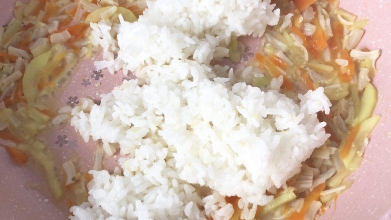 银鱼干贝奶酪杂蔬炒饭,然后倒入白米饭翻炒散开