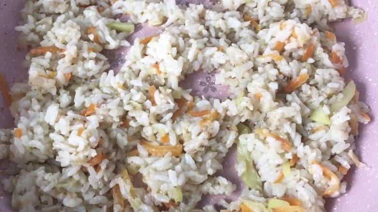 银鱼干贝奶酪杂蔬炒饭,煮至奶酪融化即可出锅。这道炒饭不用额外添加盐巴,因为奶酪本身已经有钠含量、加上黑芝麻牡蛎粉调味,所以整道炒饭已经非常有味道