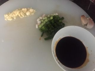 红烧茄子,把蒜头、葱切成沫,把生抽、老抽、糖调好在一起备用