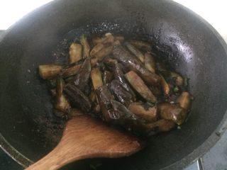 红烧茄子,然后再放入茄子,翻炒一会加少许盐就可以出盘了