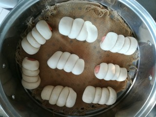 火腿肠包,凉水,放蒸锅,大火烧开,转中火蒸15分钟,关火,再虚蒸3分钟