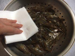 炸小河虾,用厨房用纸吸干多余的水分。