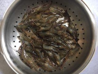 炸小河虾,放在篦子上沥干水分。