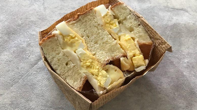 香蕉鸡蛋芝士三明治,放入折好的纸盒内