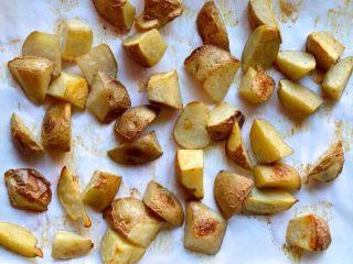 回锅土豆,烤箱预热到190摄氏度,把土豆铺在铺着烤盘上。加盐,白胡椒和五香粉调味。淋上橄榄油,烤20分钟左右 。