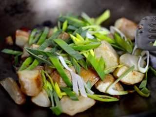 回锅土豆,加入烤土豆和蒜苗。
