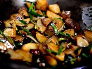 回锅土豆, 把火调高,再炒两分钟。 即可出锅。