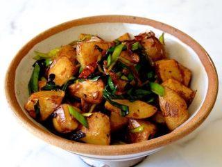 回锅土豆,装碗。