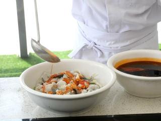 史上最好吃的沸腾水煮鱼,放少许姜沫,倒入少量红油