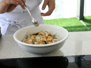 史上最好吃的沸腾水煮鱼,放入胡椒粉,盐少许
