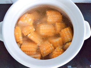 玉米排骨汤,盖好锅盖,大火烧开转小火继续炖20分钟左右。