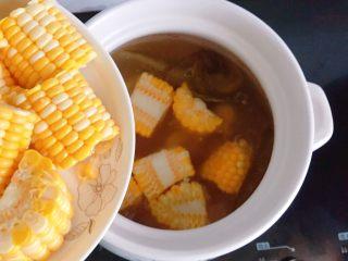 玉米排骨汤,40分钟后,打开锅盖,放入剁好的玉米段。