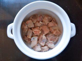 玉米排骨汤,准备一砂锅,将焯好的排骨放入锅中。