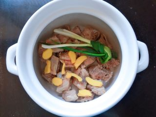 玉米排骨汤,放入姜片和葱结。