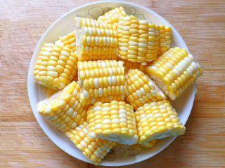 玉米排骨汤,玉米洗净剁成小块。