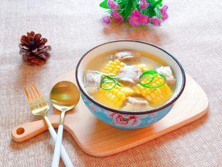 玉米排骨汤,营养丰富、香浓可口的玉米排骨汤出锅咯,排骨软烂,玉米香味十足。