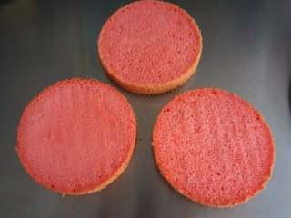 夏季私房热门的西瓜蛋糕,将戚风蛋糕体等分成3片。