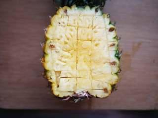 星空菠萝炒饭,菠萝4、6分切开,大的一份菠萝用刀划十字