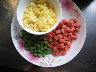 星空菠萝炒饭,豌豆焯水捞出