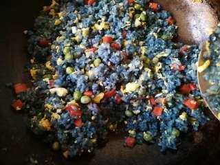 星空菠萝炒饭,加入鸡蛋继续翻炒均匀。