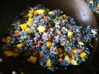 星空菠萝炒饭,最后放入菠萝丁,渗出的菠萝汁也一并加入味道更好。翻炒均匀就可以出锅了。