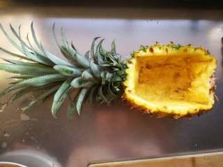 星空菠萝炒饭,挖出果肉