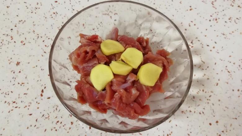 牛肉小炒,放入小碗里。
