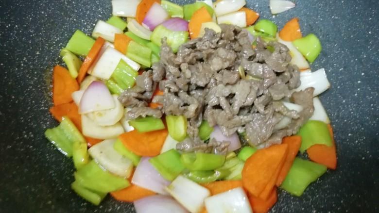 牛肉小炒,下入炒好的牛肉片翻炒均匀。