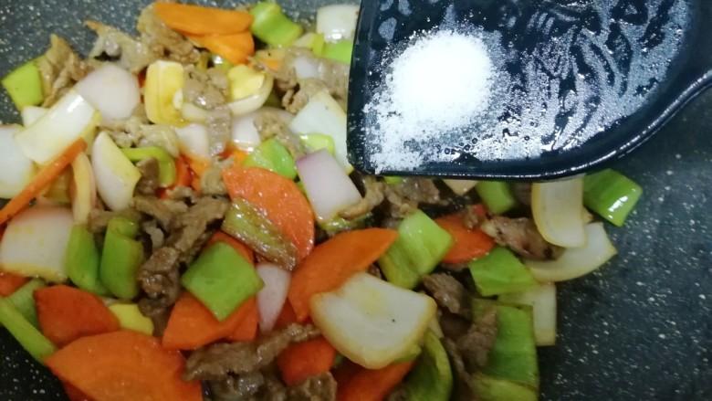 牛肉小炒,放盐调味。